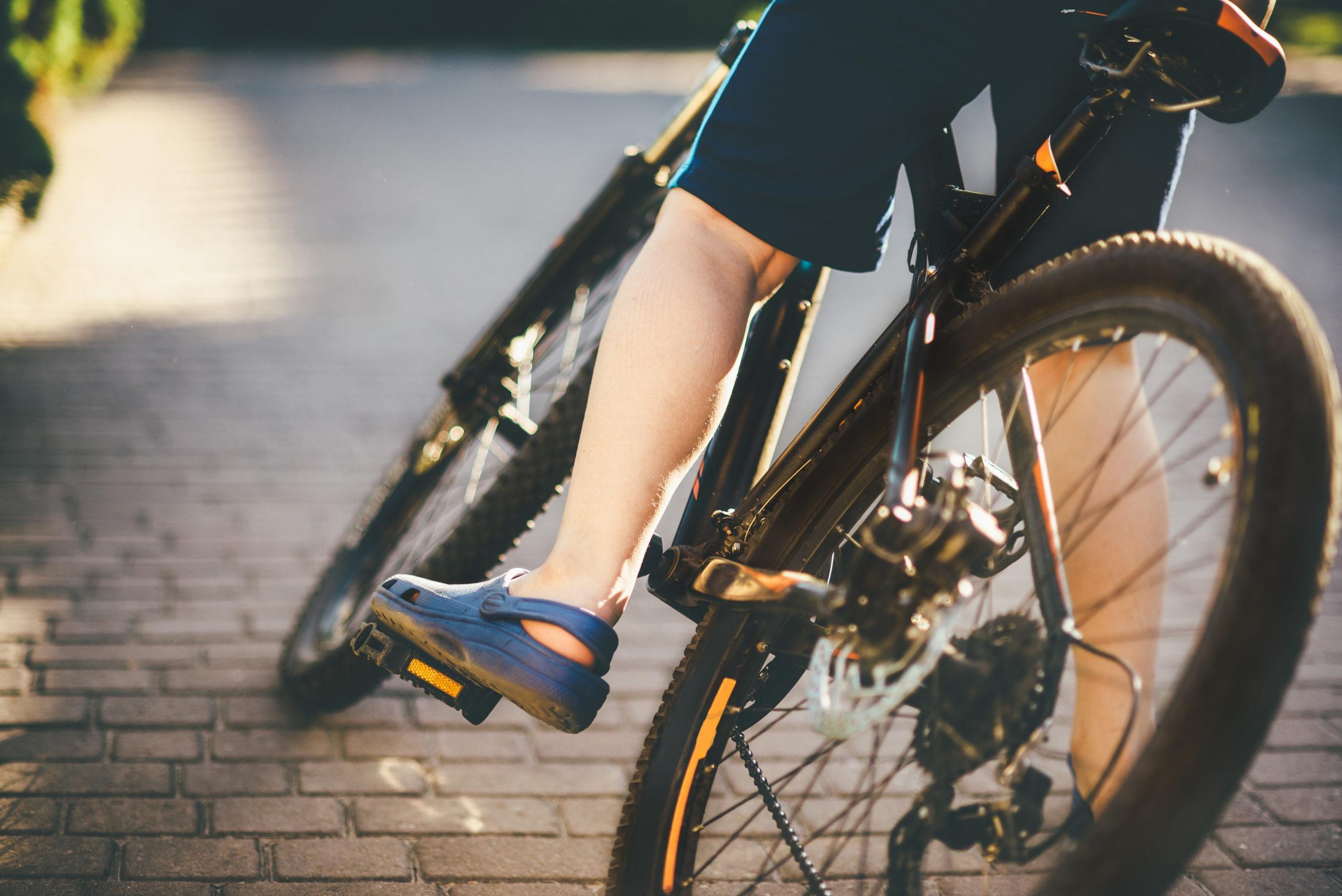 På cykel